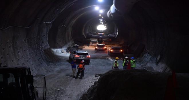 Vali Karahan Honaz Tüneli'ne araçla girdi